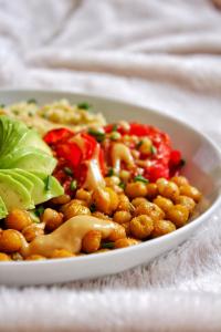 Buddha Bowl patate douce avocat quinoa pois chiches tomate shiro miso sans gluten sans lactose vegan