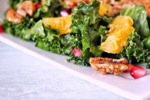 Salade Kale, grenade, orange & noix, vegan, sans gluten, sans lactose